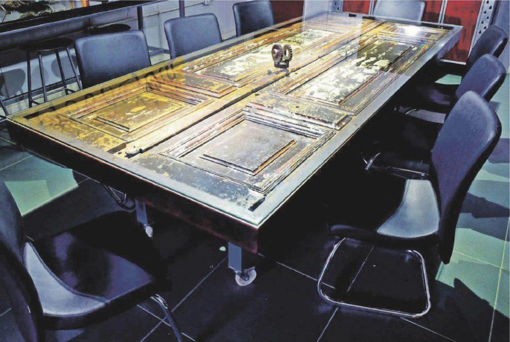 mesa con puerta sobrantes de obra materiales de derribo